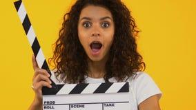 Verbaasd meisje die kleppenraad gebruiken, die tevreden, hoog-geschatte film schokken stock videobeelden