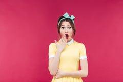 Verbaasd mooi pinupmeisje die zich met geopende mond bevinden Stock Foto's