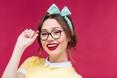 Verbaasd mooi pinupmeisje die zich met geopende mond bevinden Stock Fotografie