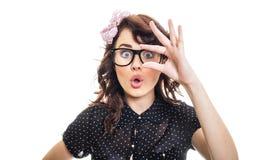 Verbaasd vrouw die met haar vingers tonen Stock Foto's