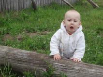Verbaasde babyjongen het openen mond royalty-vrije stock afbeelding