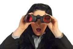 Verbaasde bedrijfsvrouw met binoculair Royalty-vrije Stock Afbeelding