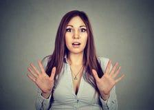 Verbaasde geschokte jonge vrouw op grijze achtergrond Stock Foto's
