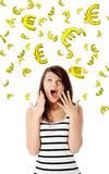 Verbaasde jonge vrouw die bij het vallen onderaan euro kijkt Stock Foto's