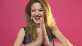 Verbaasde jonge vrouw die over roze achtergrond schreeuwen het bekijken camera stock videobeelden