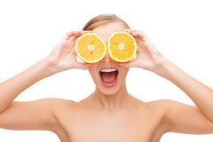 Verbaasde jonge vrouw met oranje plakken Royalty-vrije Stock Foto