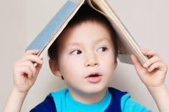 Verbaasde jongen die weg kijkt Stock Afbeeldingen