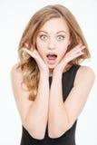 Verbaasde leuke mooie jonge vrouw die met geopende mond schreeuwen Royalty-vrije Stock Afbeelding