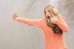 Verbaasde maniervrouw in park die selfie foto nemen Stock Foto's