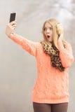 Verbaasde maniervrouw in park die selfie foto nemen Royalty-vrije Stock Fotografie