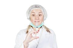 Verbaasde meisjesverpleegster met injectie Royalty-vrije Stock Foto's