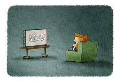 Verbaasde mens die op het nieuws op TV letten Royalty-vrije Stock Afbeelding