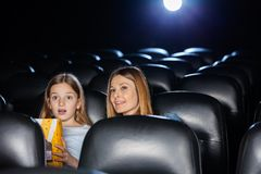 Verbaasde Moeder en Dochter het Letten op Film Stock Afbeeldingen