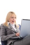 Verbaasde onderneemster met laptop als voorzitter stock afbeelding