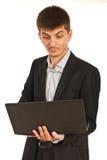 Verbaasde stafmedewerker met laptop Stock Foto