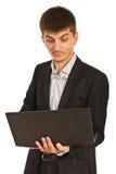 Verbaasde stafmedewerker met laptop Royalty-vrije Stock Fotografie