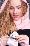 Verbaasde vrouw die haar beurs bekijkt Royalty-vrije Stock Foto