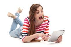 Verbaasde vrouw met digitale tablet Royalty-vrije Stock Foto's