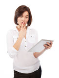 Verbaasde vrouwenlezing op een touchpad Stock Foto