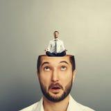 Verbaasde zakenman met open hoofd Stock Fotografie