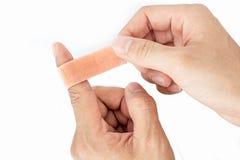 Verband auf dem Zeigefinger-Isolathintergrund Stockbild