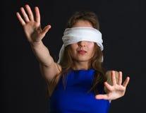 Verband der jungen Frau auf Augen Lizenzfreie Stockfotografie
