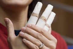 Verband oben auf Fingern einer Hand. Stockfoto