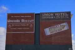 Verbands-Hotel Mittags-Mississippi mit Weinlese-Anzeigen-Zeichen Lizenzfreies Stockfoto