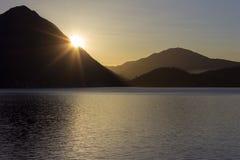 verbania de la salida del sol de la costa del maggiore del lago Foto de archivo