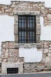 Verbarrikadiertes Fenster in einem Altbau mit herausgestelltem Ziegelstein in Budap Lizenzfreie Stockfotos