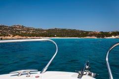Verbazend azuurblauw zeewater op roze budellieiland van strandmaddalena in Sardinige, Italië stock afbeeldingen