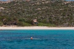 Verbazend azuurblauw zeewater op roze budellieiland van strandmaddalena in Sardinige, Italië stock afbeelding