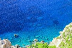 Verbazend blauw die water van overzees van vooruitzicht bij de kaap van Keri, Zakynthos wordt gelet op royalty-vrije stock fotografie