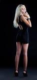 Verbazend blond meisje in zwarte doek bekijk camera Royalty-vrije Stock Afbeeldingen