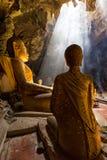 Verbazend Boeddhisme met de straal van licht in het hol royalty-vrije stock afbeeldingen
