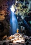 Verbazend Boeddhisme met de straal van licht in het hol, Ratchaburi P royalty-vrije stock afbeeldingen