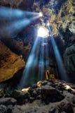 Verbazend Boeddhisme met de straal van licht in het hol, Ratchaburi P stock foto's
