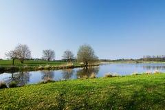 Verbazend de lenteplatteland met meer royalty-vrije stock foto's