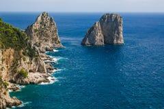 Verbazend Faraglioni-klippenpanorama met de majestueuze Thyrreense Zee in het gebied Italië eilandcampania van het achtergrond va royalty-vrije stock foto's