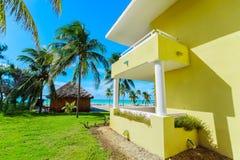 Verbazend fragment van mening van de heldere gele bouw die zich dichtbij het strand en de rustige turkooise oceaan bevinden op de royalty-vrije stock foto's
