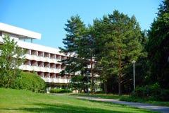 Verbazend hotel complex met een mooie groene tuin op de kust van het overzees stock foto