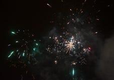 Verbazend kleurrijk vuurwerk op een achtergrond van de nachthemel Royalty-vrije Stock Afbeeldingen