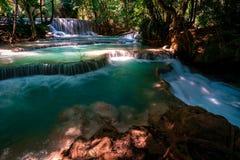 Verbazend Kuang Si Falls in Luang Prabang, Laos Perfect blauw die water met mooi zonlicht en krachtige groene kleuren wordt gecom stock fotografie