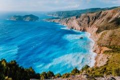 Verbazend kustlijnlandschap dichtbij Assos-dorp Overzeese golven die aan kustklippen rollen op het strand Ionische Kefalonia, stock foto's