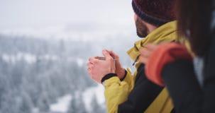 In verbazend landschap in berg dame en de mens drinkt thee en ontspannend, hebben zij aardige tijd in mooie plaats stock footage