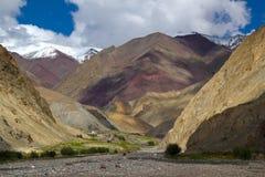 Verbazend landschap Himalayan met verbazende berg royalty-vrije stock afbeeldingen