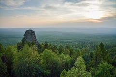 Verbazend landschap met bergketen en mooie blauwe hemel bij zonsondergang, Rusland, Ural, de grens van Europa - van Azië Stock Afbeeldingen