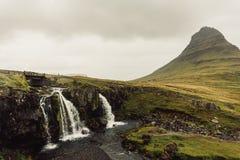 verbazend landschap met majestueuze toneelwaterval stock afbeeldingen