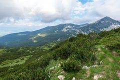 Verbazend Landschap met Muratov-Piek en Bergrivier royalty-vrije stock afbeelding