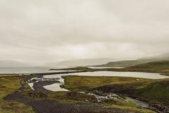 verbazend landschap met rivier en grasrijke heuvels royalty-vrije stock foto's